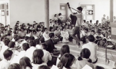 Nhạc sĩ Nguyễn Đức Quang hát với các bạn học sinh trường Kiểu Mẫu Thủ Đức.