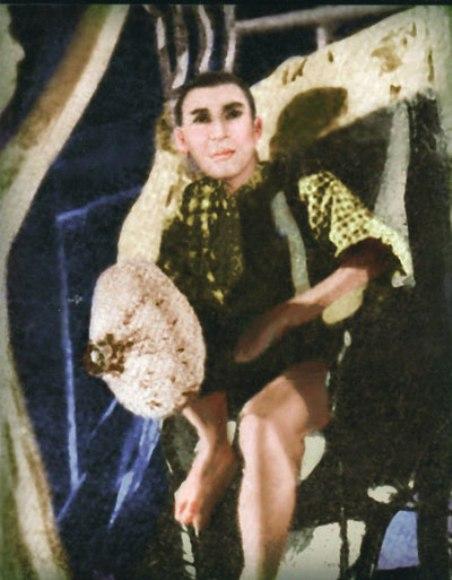 """Không hiểu sao mà kép chánh cải lương hay có cái màn cạo trọc, hết Thành Ðược đến Hữu Phước, rồi Minh Vương, Hùng Cường, nhưng Hùng Cường (trong hình) cạo trọc không phải quy y, không phải vì chuyện riêng, mà cũng không phải cạo trọc để đóng một vai tuồng gì. Rồi cái may mắn đưa đến, tuồng Nhựt Bổn """"Hẹn Ngày Tái Ngộ"""" của Nguyễn Minh, Nguyễn Ðạt trình diễn trên sân khấu Kim Chung cần diễn viên cạo trọc nên Hùng Cường """"đem"""" cái đầu trọc ấy đóng vai người phu xe bần hàn rách rưới như ảnh trên đây. (Hình: Bộ sưu tập của Ngành Mai)"""