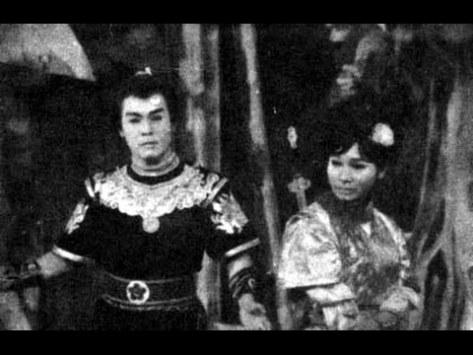 Hùng Cường và Bạch Tuyết trong tuồng Yêu Người Điên, sân khấu Dạ Lý Hương.