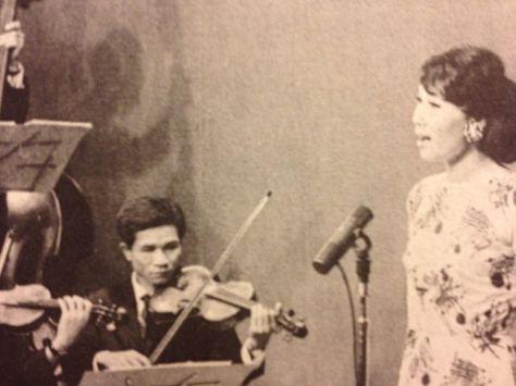Danh ca Thái Thanh trong buổi phát hình chương trình Tiếng Tơ Đồng của nhạc sĩ Hoàng Trọng trên THVN năm 1968.