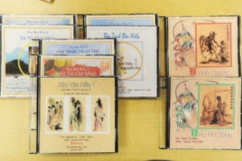 7 CD Kim Vân Kiều, gồm 77 bài, và 2 CD Chinh Phụ Ngâm được nhạc sĩ Quách Vĩnh Thiện phổ nhạc với mục đích góp phần bảo tồn văn hóa Việt Nam ở hải ngoại. (Hình: Dân Huỳnh/Người Việt)