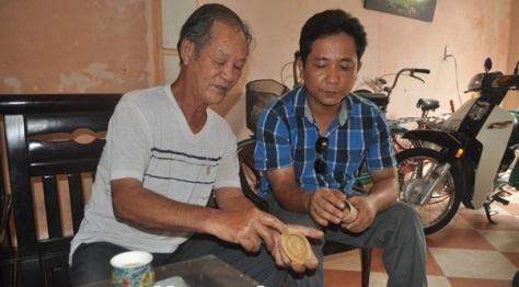 Ông Nguyễn Khắc Khoái (áo trắng) luôn nhiệt tình truyền lại kinh nghiệm và đam mê cho các bạn trẻ.