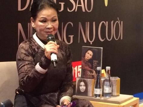 Ca sĩ Khánh Ly bên cuốn sách và bộ đĩa nhạc mới ra mắt của cô.