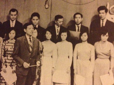 Hoàng Trọng và ban Tiếng Tơ Đồng trong buổi phát hình trên Truyền Hình Việt Nam năm 1968.