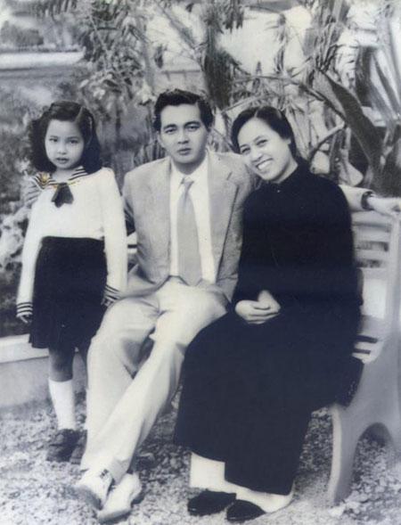 Ông bà Đoàn Chuẩn và cô con gái đầu lòng. Ảnh Đ.Đ.