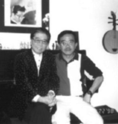 Trường Kỳ và NS Hoàng Thi Thơ trong lần đến thăm ông tại tư gia ở Glendale, nam California năm 1998.
