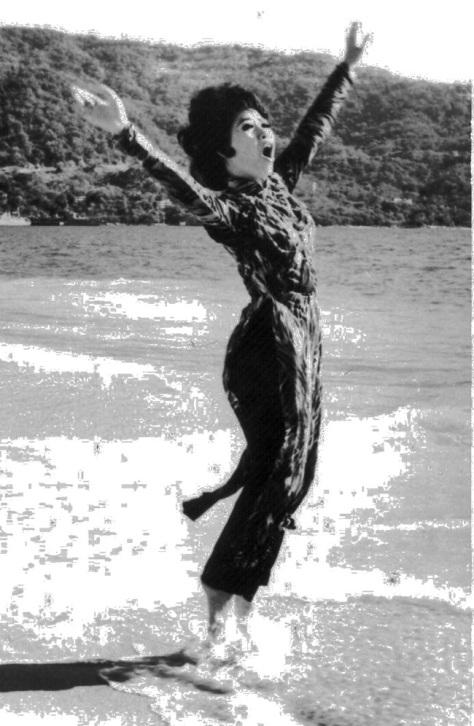 ncttqhbachyen_Bạch Yến trên bãi biển Thái Bình Dương Acapulco, Guerero năm 1970 xứ Mexico