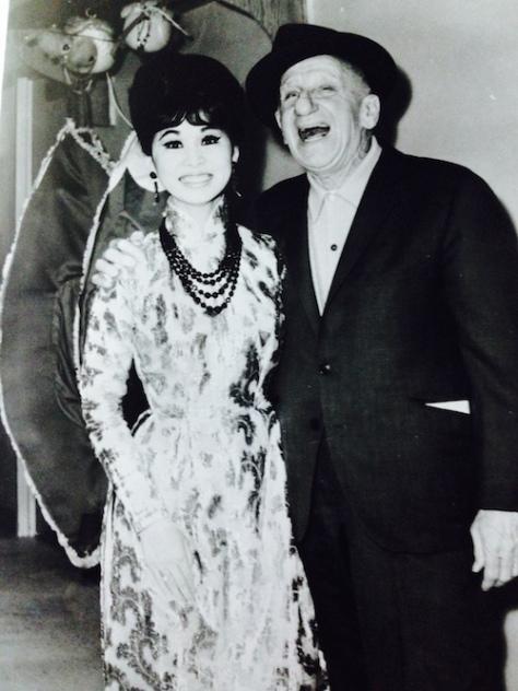ncttqhbachyen_Biểu diễn tại Las Vegas, Bạch Yến được chào đón từ các nghệ sĩ nổi tiếng của Mỹ. Bà và danh hài Jimmy Durante đã cùng nhau trò chuyện và chụp hình chung