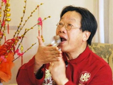 Nhạc sĩ Trần Quang Hải hướng dẫn cách đánh nhịp bằng muỗng.