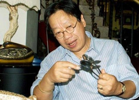 Nhạc sĩ Trần Quang Hải hướng dẫn cách đành nhịp bằng muỗng. vnmusic.com.vn