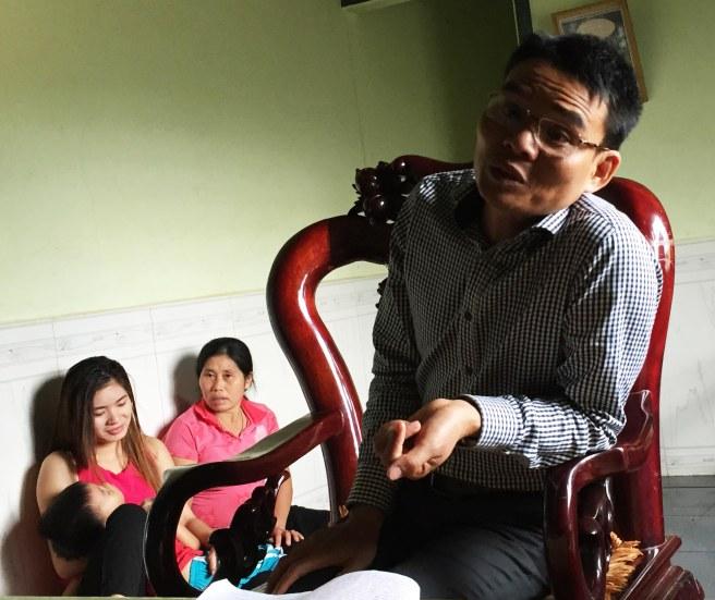 Vợ con và bà Thành ngồi nghe Huỳnh hành nghề '