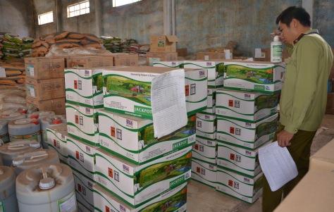 Cán bộ Chi cục QLTT Đắk Lắk kiểm tra mặt hàng được giới thiệu là phân bón lá made in USA