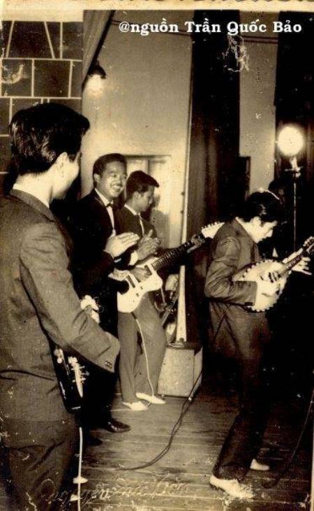 Ảnh chụp tháng 7 năm 1957 tại rạp Thống Nhất với Nguyễn Long, Lê Duyên (mandolin), Ngọc Minh Hà, Khánh Băng, Huỳnh Hoa (Saxo). Hình này do con trai NS Ngọc Minh Hà tặng TQB hồi tháng 2 năm 1996.