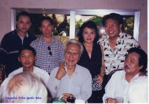 Hàng đứng từ trái sang phải: Nhạc sĩ Đỗ Quang (con trai NS Viết Chung), MC Thanh Hải, ca sĩ Trúc Mai, TQB và hàng ngồi: Thịnh, NS Khánh Băng và NS Tòng Sơn chụp ngày 15 tháng 6 năm 2000.