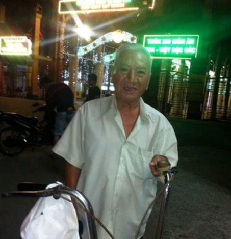 Nhạc sĩ Phùng Trọng dù nghèo nhưng vẫn chấp nhận đi làm bằng chính mồ hôi nước mắt của mình ngày ngày trên đường phố.