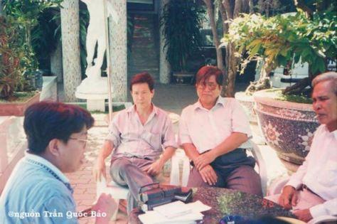 Từ trái sang phải: Trần Quốc Bảo, Nguyễn Vũ (Bài Thánh Ca Buồn), Hà Phương (Em Về Miệt Thứ), Khánh Băng (Sầu Đông) chụp tại Khách sạn Hương Việt tháng 2 năm 1996.
