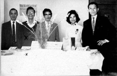 Một sinh hoạt của Văn Bút trước 1975: bán tác phẩm để cứu trợ nạn nhân bão lụt miền tây. Từ trái qua: Phạm Việt Tuyền, Nguyễn Đình Toàn, Nhật Tiến, Minh Đức Hoài Trinh, Vũ Hoàng Chương.