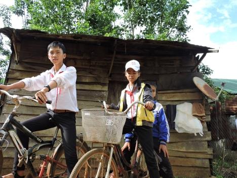 3 anh em lớp trưởng ve chai trước căn chòi dựng trên đất mượn