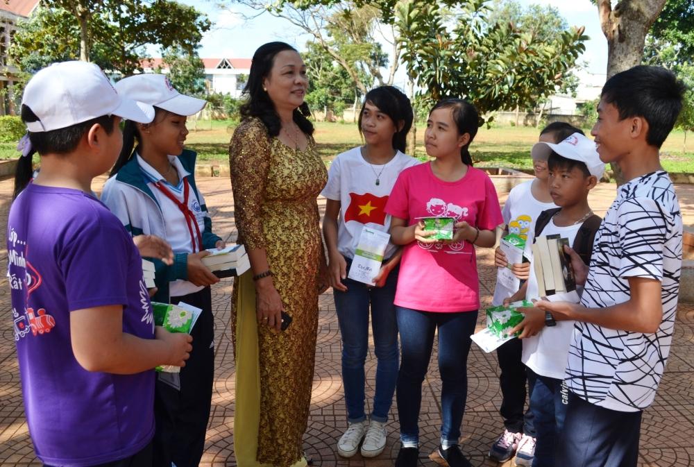 Các em học sinh chia sẻ cảm xúc khi nhận được quà