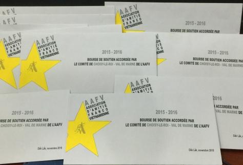 Hội Hữu nghị Việt Pháp vùng Choisy Le Roi tặng học bổng với phong bì đã thiết kế riêng