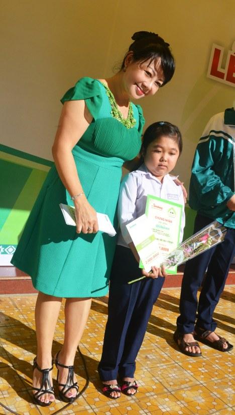 Nữ sinh Lê Thị Ly Na HSG lớp 12A5 trường THPT Hồng Đức được trao học bổng ĐCN lần thứ 6