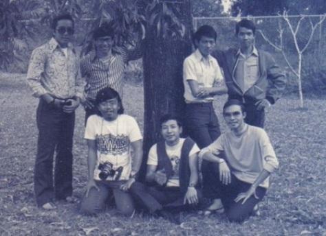 """Ban nhạc """"Phượng Hoàng"""" chụp chung với một số bạn hữu."""