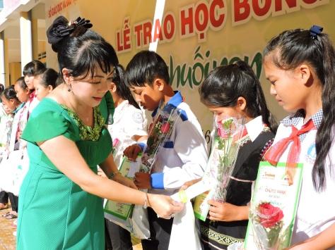 Nhà báo Hoàng Thiên Nga Chủ tịch HĐQT học bổng ĐCN trao học bổng lần thứ 6