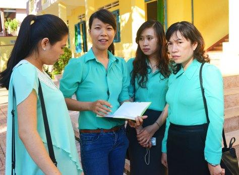 Nhóm nữ phóng viên-CTV báo Tiền Phong trong đồng phục xanh thắm