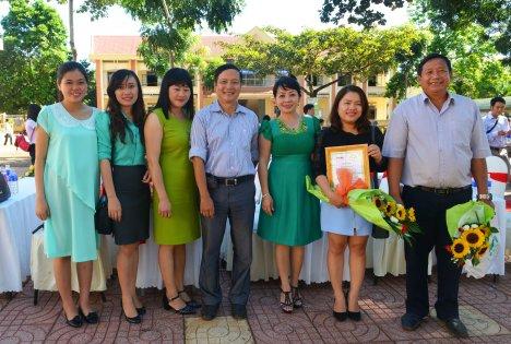 Nhóm tài trợ chụp ảnh lưu niệm cùng Ban tổ chức chương trình học bổng
