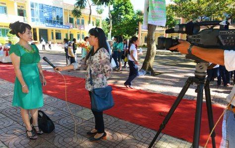 Nhiều cuộc phỏng vấn ngay trên sân trường sau buổi lễ trao học bổng
