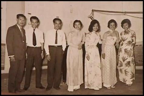 Ban Tiếng Tơ Đồng. Từ trái: NS Hoàng Trọng, Duy Trác, Thanh Sơn, Kim Tước, Tuyết Anh, Ánh Tuyết, Mai Hương.