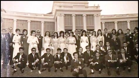 Thanh Sơn ngồi thứ 3 từ trái, trong đoàn Văn Nghệ Việt Nam.