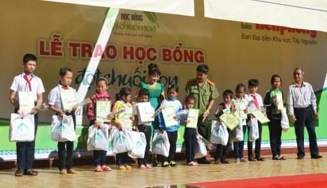 Thượng tá Hồ Văn Tấn phó trưởng CA TP BMT cùng ông Y Tuynh Kmăl Chủ tịch Hội NB Đắk Lắk lên trao HB cho học sinh huyện Cư Kuin