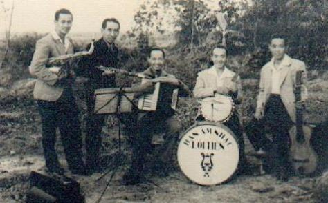 Ban Nhạc 5 anh em chụp ở Ðống Nam.