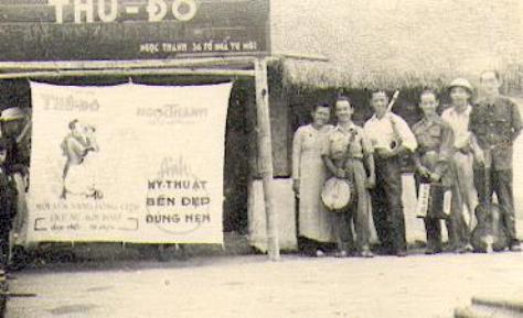 Ban nhạc trước hiệu ảnh Thủ Ðô - Ðống Nam 12-9-1949.