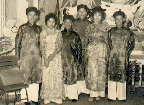 Nhật Bằng, Xuân Lôi, Trung Úy Trường, Xuân Tiên và 2 cô người Phi mặc áo dài VN.