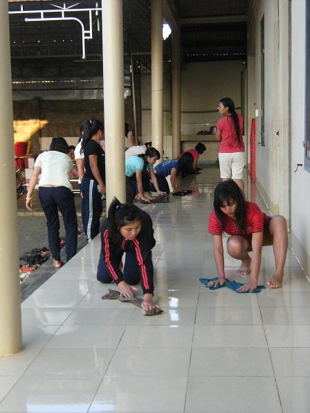 (1) Các em làm vệ sinh nhà cửa