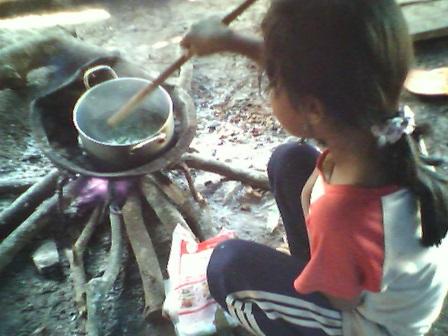 (3) Em Lem đang nấu canh lá mì
