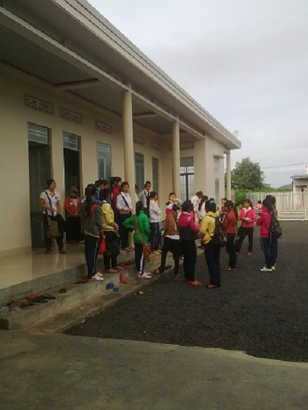 1/ Ảnh buổi sáng các em nữ học sinh Lưu trú cấp III đợi nhau trước hiên nhà.