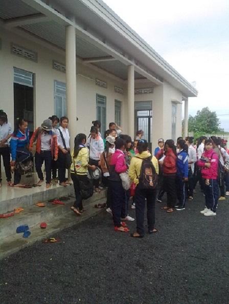 2/ Ảnh các em học nữ học sinh Lưu trú cấp III đến trường học.