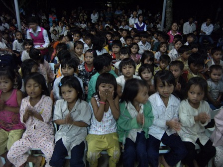 2/ Ảnh các em Ấu nhi ngoan ngoãn trong giờ dâng thánh lễ Chúa nhật.