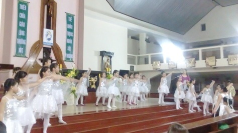 Các em thiên thần đang tập múa lần cuối