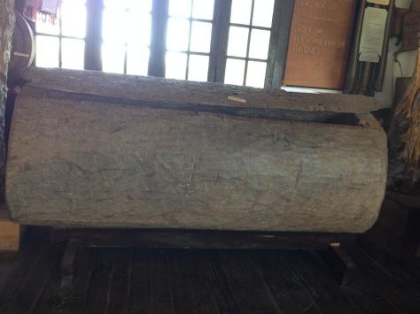 Ảnh hòm chôn năm người trong gia đình của người sắc tộc Bana. Chiếc hòm này đang được đặt trong phòng truyền thống Tòa Giám Mục Kontum.
