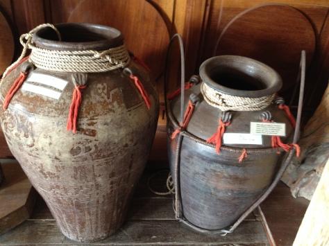 Ảnh hai chiếc ghè quí. Ghè bên (T) là ghè Dang Krênh, trị giá bằng 26 trâu. Ghè bên (P) là ghè Tơ Ban Ta, trị giá bằng 08 trâu. Hiện đang đặt trong phòng truyền thống Tòa Giám Mục Kontum.