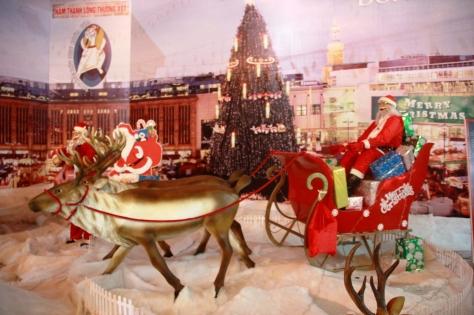 Mô hình cỗ xe tuần lộc chở quà Noel phát cho các bé