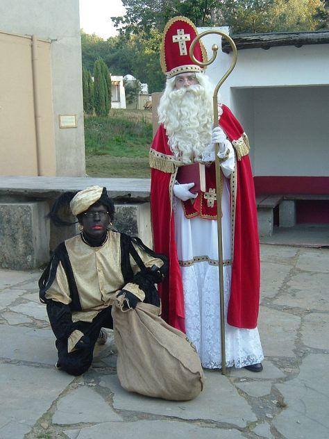 Đóng vai Thánh Nicholas và Zwarte Piet.