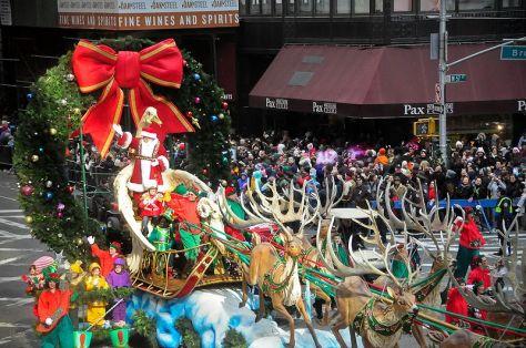 Xe hoa với ông già Noel và xe tuần lộc tại New York.