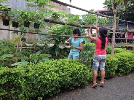 1/ Ảnh các em học sinh chăm sóc vườn hoa trong giờ lao động chiều của nhà Lưu trú.