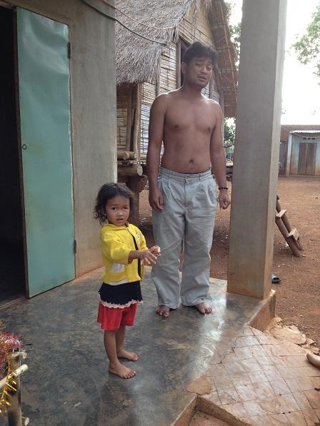 Ảnh hai bố con bố khôn trước căn nhà của mình ở làng phung Ea – Lân _ Yale tỉnh Gialai. Bố Khôn còn rất trẻ nhưng cả hai bàn chân đã bị bệnh phong cùi.