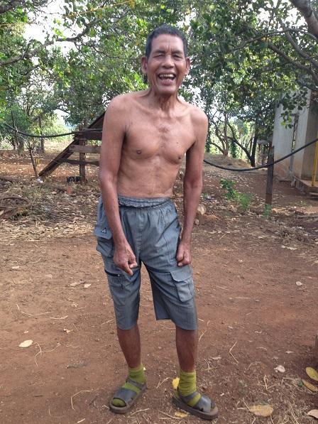 Ảnh bố Lê ở Làng Phung Ea – Lân _ Yale _ Gialai. Đã bị phong cùi ăn mất những ngón tay và những ngón chân bên bàn tay và bàn chân trái nhưng bố Lê vẫn bình an vui cười.